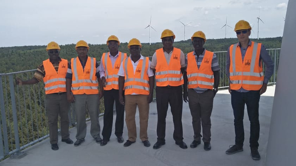 Kenianische Besucher auf dem Aktivbecken, Kenyan delegation stands on the active reservoir